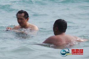 Viral foto Ahok mandi di laut, pengacara Ahok banyak lawan politik yang dengki dan sirik terhadap Ahok