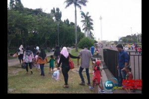 Dibiarkan Gubernur DKI, warga leluasa menginjak rumput dikawasan Monas