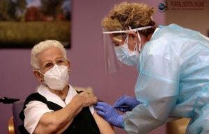 Nenek 96 Tahun Jadi Orang Spanyol Pertama yang Disuntik Vaksin Covid-19