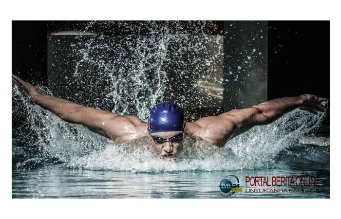 Rekor Dunia, Pria Ini Berenang Sejauh 5,35 Mil dengan Tangan Terborgol